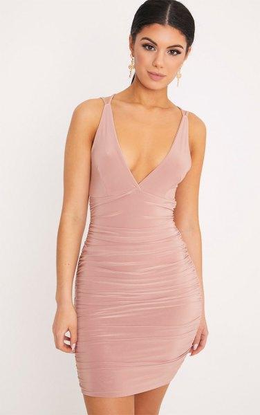 Ljusrosa, djupt samlad, figurkramande klänning med V-ringning