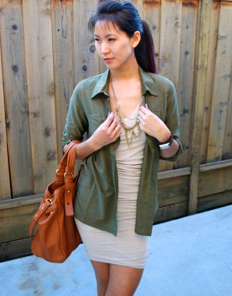 ljusrosa klänninggrön skjorta med knappar