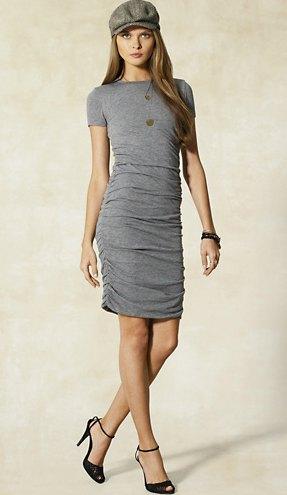 grå t-shirt klänning platt mössa
