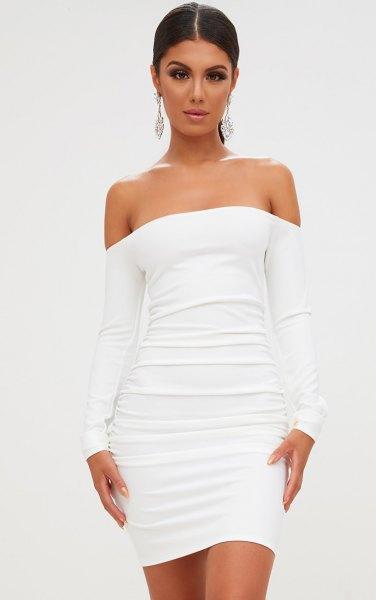 vit, kramande klänning samlad från axeln