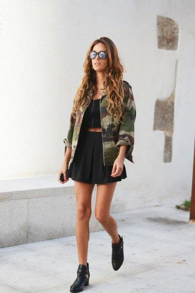 svart crop top pläterad mini kjol camo jacka