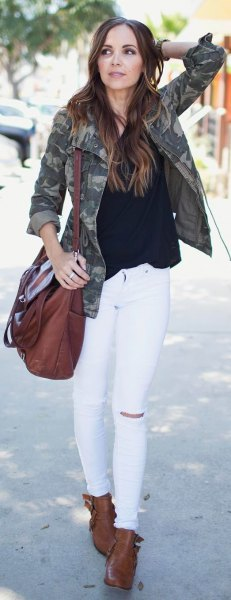 svart blus vit skinny jeans camo jacka