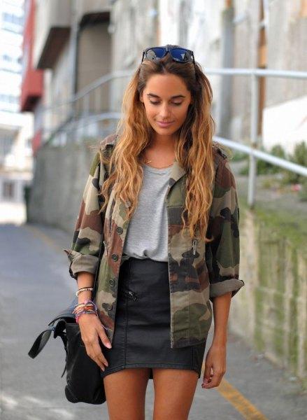 Kamouflagejacka grå t-shirt svart läder kjol