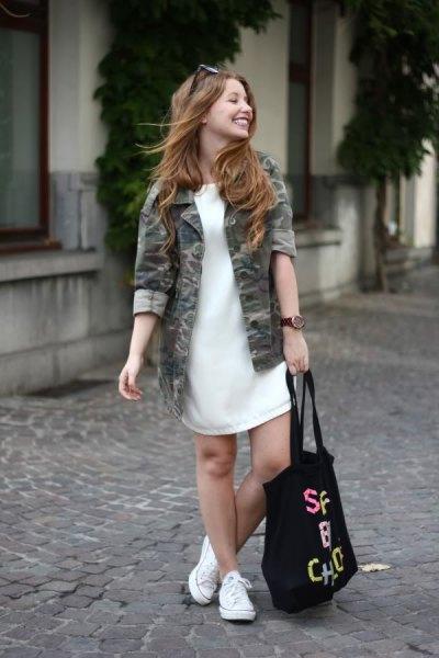 vit tröja klänning camo jacka vita sneakers