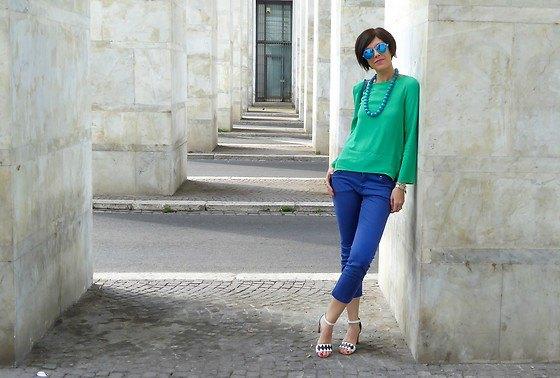 Ljus smaragdgrön långärmad topp med en avslappnad passform och beskurna jeans i kungsblå