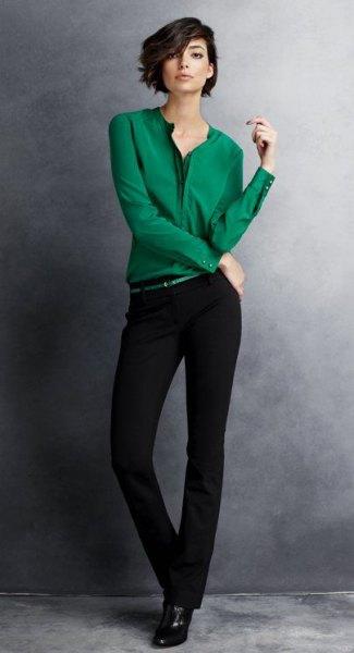 smaragdgrön skjorta med knappar och svarta chinos