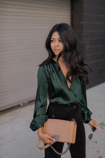 Smaragdgrön långärmad sidentopp med svarta skinny jeans