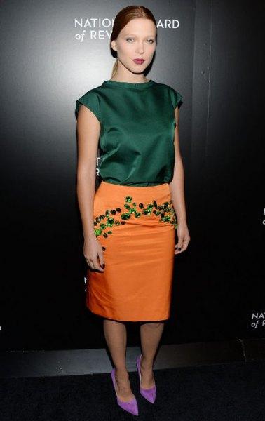 grön ärmlös sidentopp med senapsgul broderad kjol