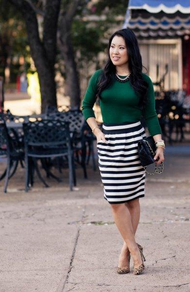 grön topp med svart och vit randig knälång kjol