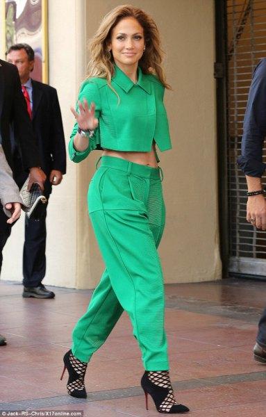 Grön, kortklippt krage med matchande chinos med en avslappnad passform