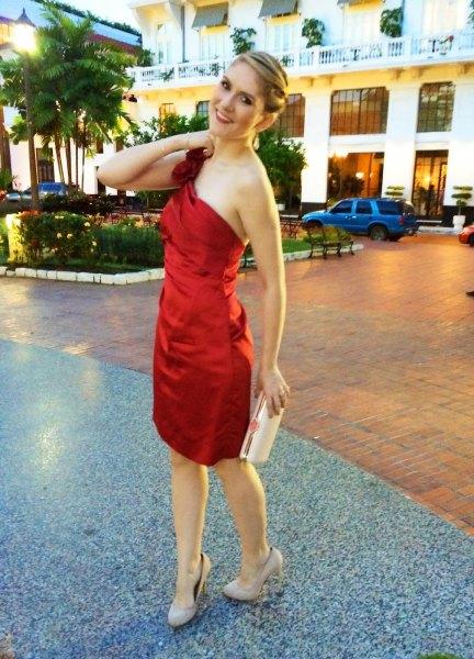 röd axelbandslös silkecocktailklänning