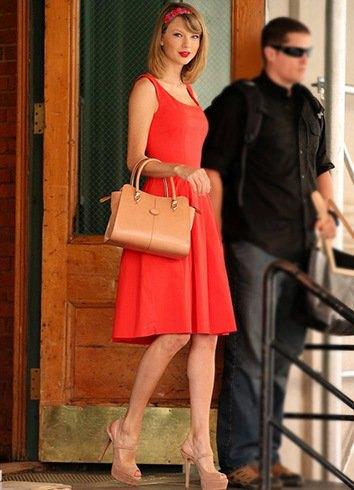 röd cocktailklänning med passform och flare