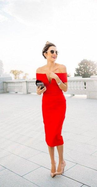Midiklänning utan axel med djup V-ringning