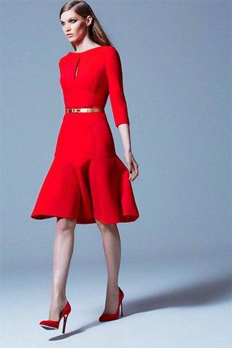 Klänning med tre fjärdedelar med en röd passform och ett utsvängt bälte