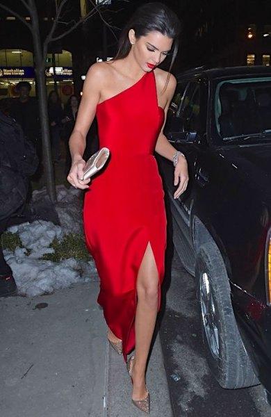en axelhög, delad röd klänning