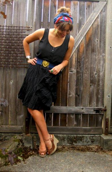 svart tankklänning med bruna klackar med öppna tå