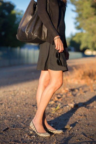 långärmad skift sundress med svart läderväska
