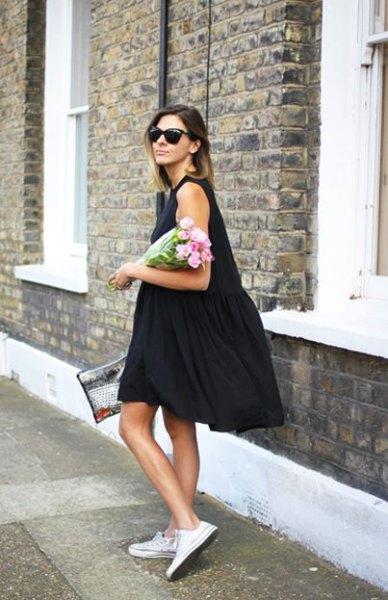 svart knälång tank swing klänning med vita sneakers