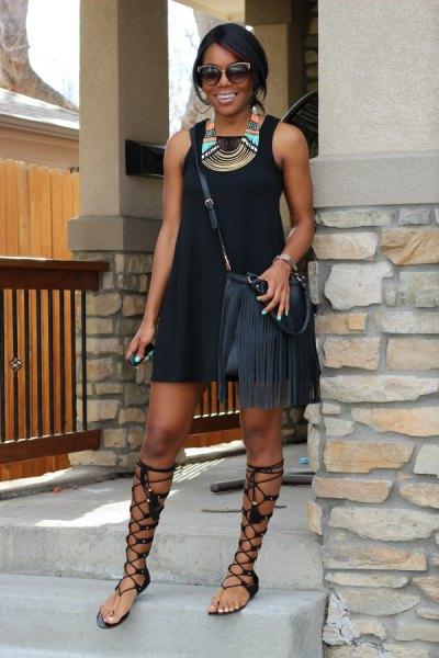 svart miniklänning med gladiator sandaler