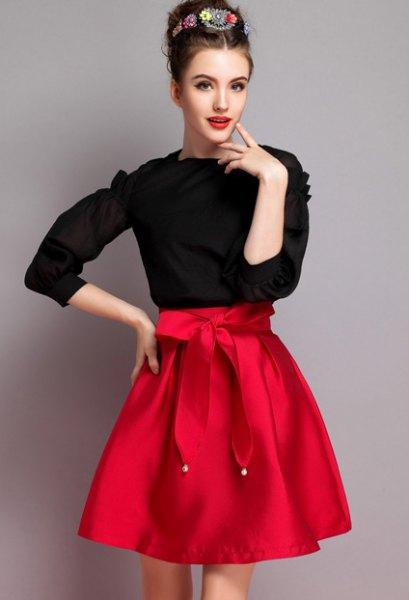svart stickad tröja, röd knuten utsvängd kjol