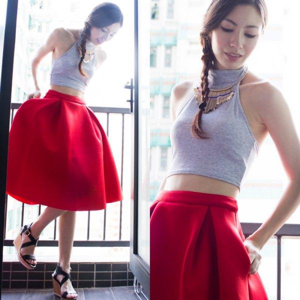 grå turtleneck halshållare crop top röd flared kjol