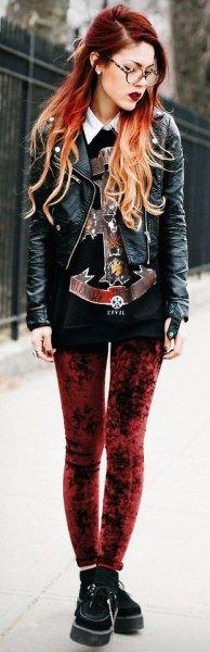 leggings i röd sammet, svart tröja med tryck