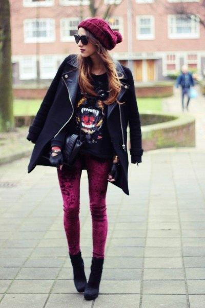 leggings i röd sammet, svart läder