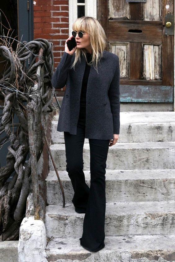 grå kappa svart klockbotten jeans