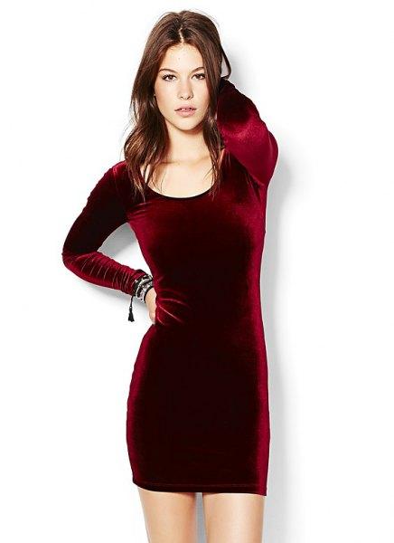 Bourgogne-färgad, figur-kramande långärmad klänning i sammet