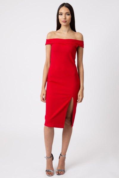 röd, kramande klänning uppdelad från axeln