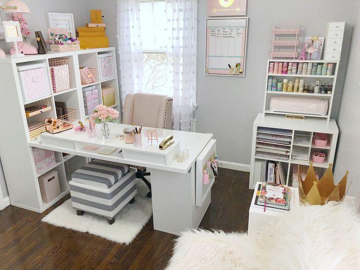 Kvinnlig hemmakontorsdesign och dekorinspiration med vitt, grått.