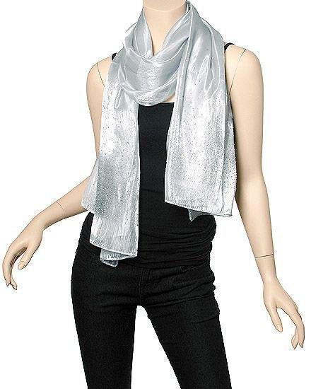 silver halsduk med en helt svart outfit