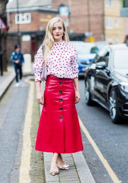 vit tryckt blus röd maxiknapp fram kjol