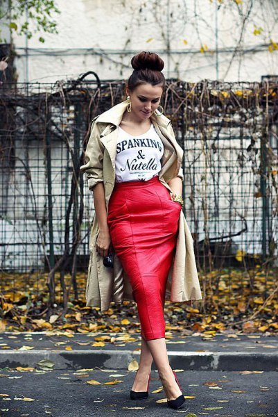 röd midi läder kjol, beige trenchcoat