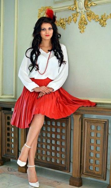 vit blus röd veckad läder kjol