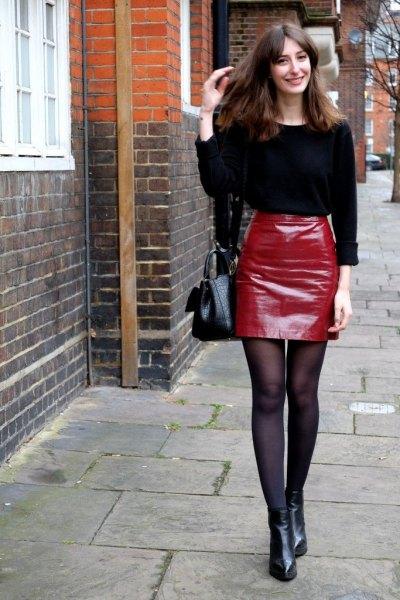svart stickad tröja, röd läder minikjol