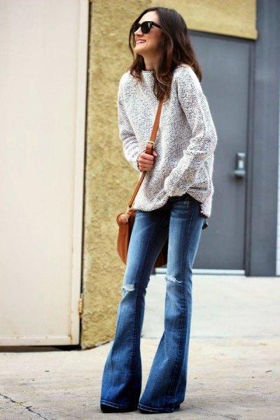 ljunggrå tröja med blå trasiga flared jeans
