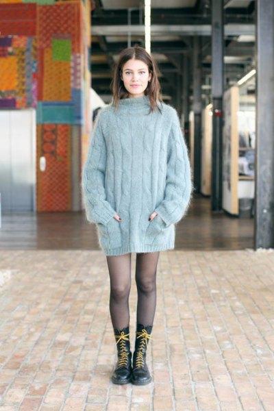 grå, överdimensionerad, tjock tröja som miniklänning och snörstövlar med medium kalv