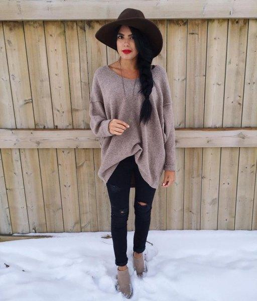 svart floppy hatt med grå överdimensionerad tröja och rippade svarta jeans