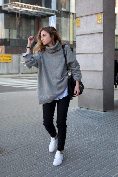 grå, tjock tröja med ljusblå chambrayskjorta och vita sneakers
