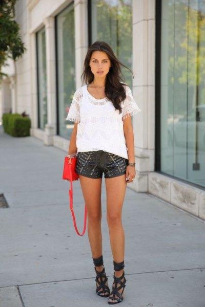 vit blus med svarta tryckta shorts i läder