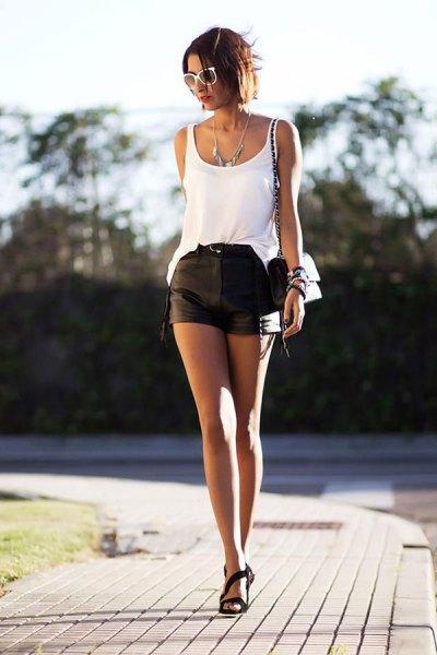 vit linne med scoop-urringning och mini-shorts i läder