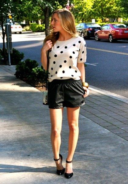 vit kortärmad tröja med prickar och svarta skinnshorts