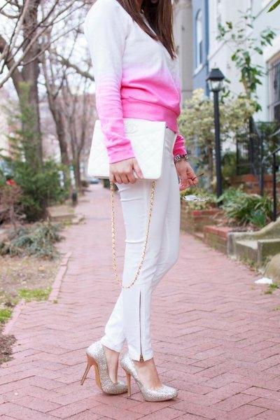 Babyblå stickad tröja vit mager byxoutfit