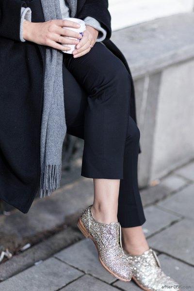 svart ullrock grå stickad tröja