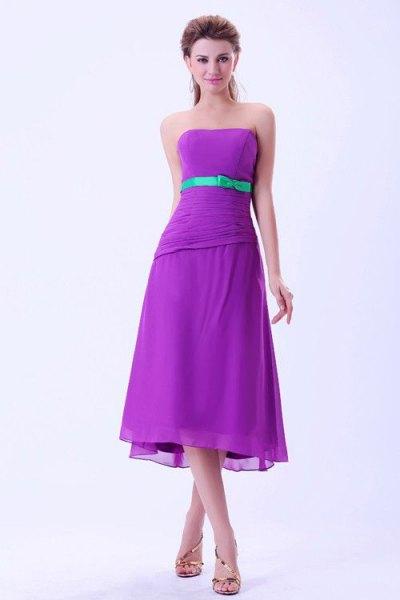 lila axelbandslös midiklänning för brudtärna med bälte