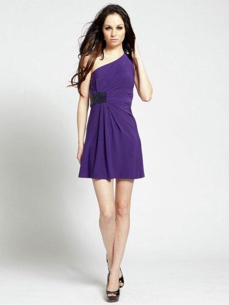 en axelbandslös klänning