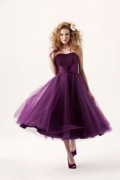 mörk lila axelbandslös brudtärna klänning gjord av chiffong tyll