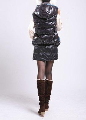 svart dunväst med huva och matchande minikjol