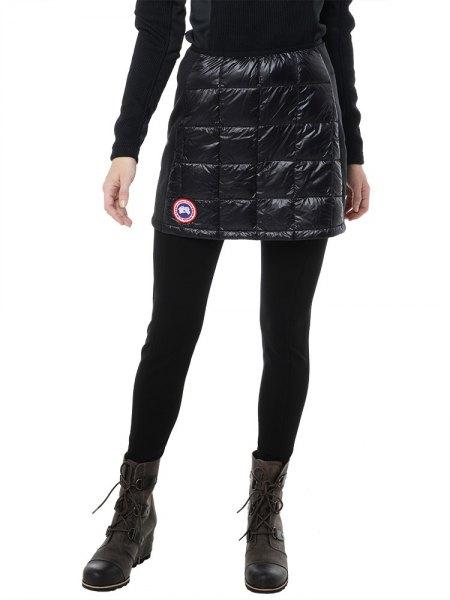 svart tröja med matchande minikjol och fotkängor